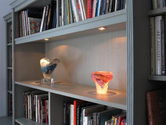 Kunstvitrine in klassieke boekenkast