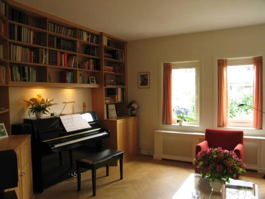 Boekenkast rondom piano