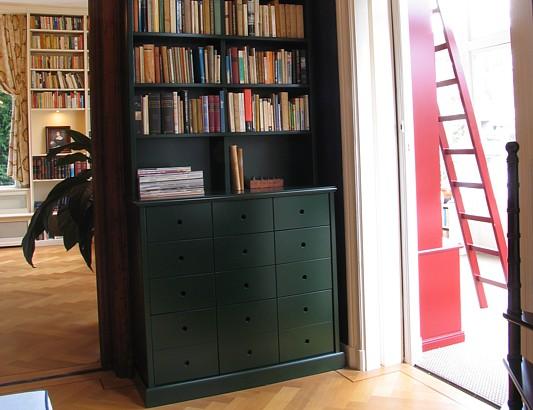 Groene boekenkast met laden