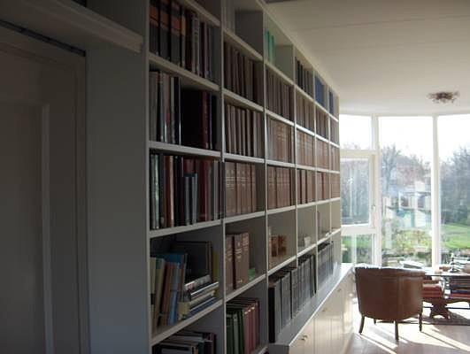 Boekenwand in wittint