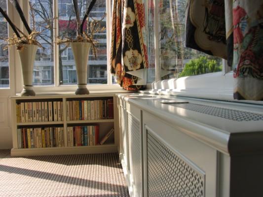 Klassieke radiatorombouw annex boekenkast