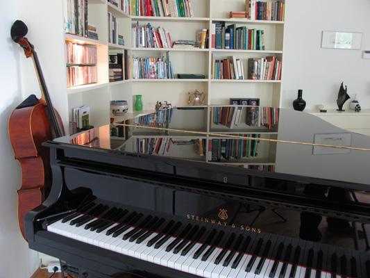 Hoekkast achter piano