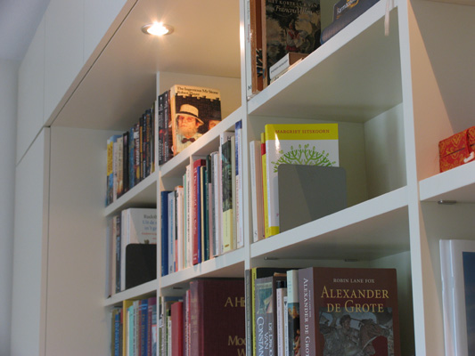 Terugvallende boekenvakken in diepe bergkast
