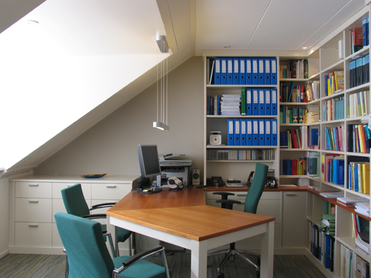 Moderne werkkamer in twee materialen