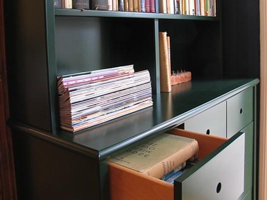 Detail lade groene boekenkast