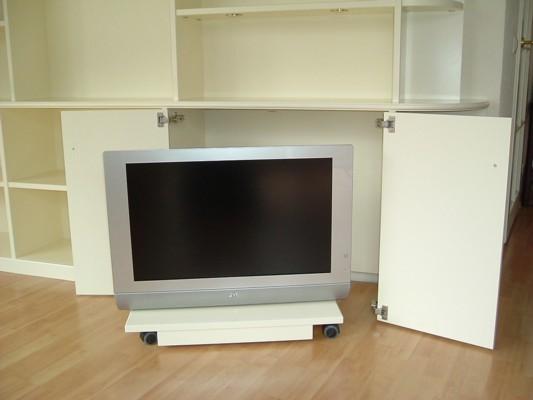 Verrijdbaar televisieplateau achter deuren