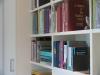 Boekenvakken naast diepe bergkast